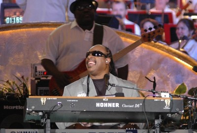 1277px-Stevie_Wonder_and_Nathan_Watts_(2006)